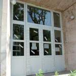 Iskola bejárati ajtóportálja fehér műanyag profilból